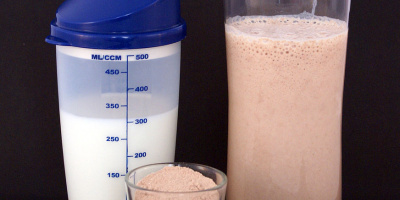 Image: Sandstein, A chocolate-flavored multi-protein nutritional supplement milkshake (right), consisting of circa 25g protein powder (center) and 300ml milk (left), Wikimedia Commons, Creative Commons Attribution 3.0 Unported