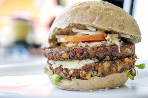 Image: Shpernik088, Vegan burger, Wikimedia Commons, Creative Commons Attribution-Share Alike 4.0 International